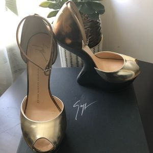 Giuseppe Zanotti Two-Toned Heelless Peep Toe Pump